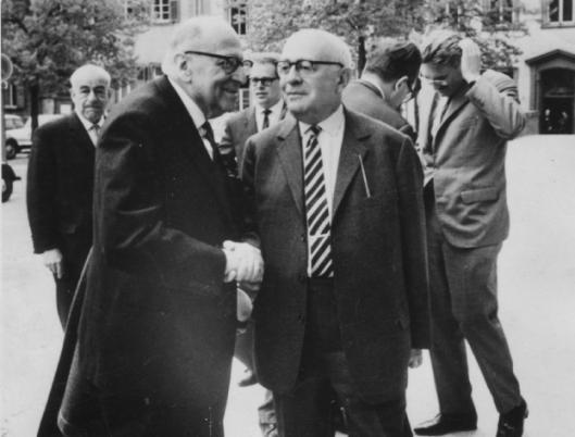 Max Horkheimer (izquierda), Theodor Adorno (derecha), y Jürgen Habermas en el fondo, derecha, año 1965 en Heidelberg, Alemania.